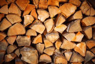 Die Restfeuchte im Feuerholz ist ein entscheidender Faktor bei der Holzfeuerung. Eine optimale Lagerung des Scheitholzes ist unumgänglich.