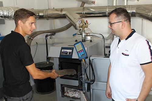 Die Einweisung des Heizkunden ist ein fester Bestandteil bei der Inbetriebnahme aller Heizkessel von NMT.
